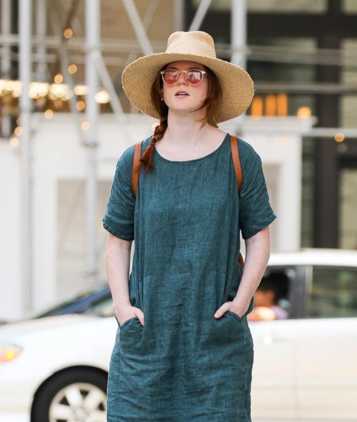 Роуз Лесли В Платье И Соломенной Шляпе 22